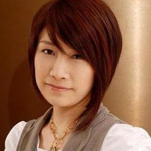中性气质短发:不对称中短发+不对称刘海,搭配白衬衫背带裤,打造