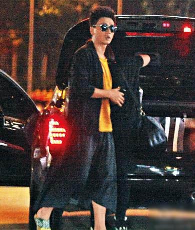 当晚他做司机,车同行的助手到九龙城。