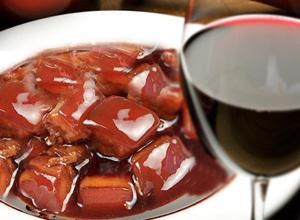 一口红烧肉,一口葡萄酒
