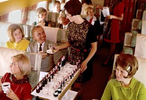 在飞机上品尝葡萄酒