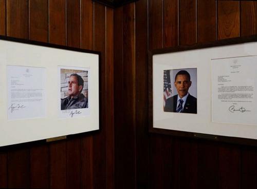 盛产政治精英的格罗顿高中教学楼一楼一条长廊的转角,奥巴马和布什总统给学校的留言。