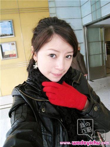 穿上黑色皮衣的她,平添了几许干练和成熟感