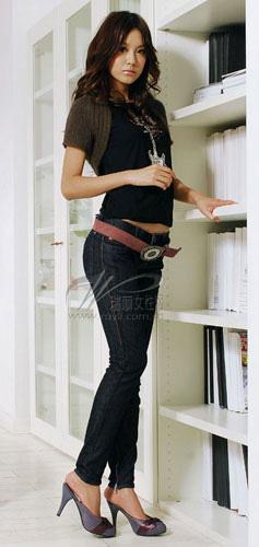 紧身黑色t恤搭配紧身牛仔裤