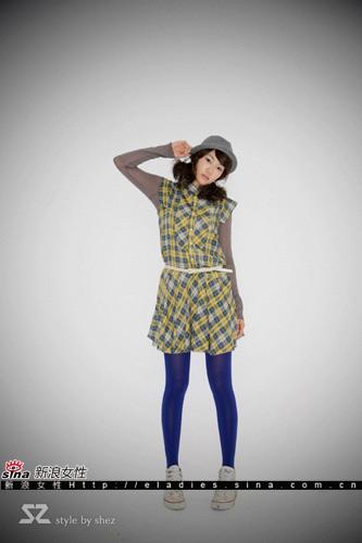 裙子的格子图案明亮轻快,彩袜的颜色活泼俏丽