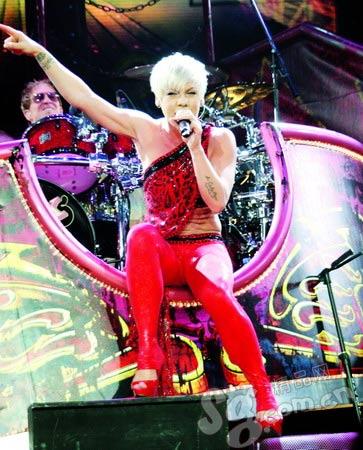 Pink在音乐节上的装扮生猛抢眼