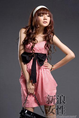 红色格纹连衣裙突显完美的身材曲线