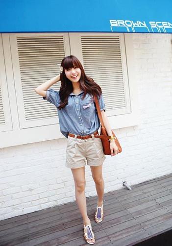 蓝色牛仔休闲衬衫搭配卡其色高腰工装短裤,可爱甜美