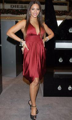 碧昂丝身穿Giorgio Armani性感酒红色超短连衣裙亮相