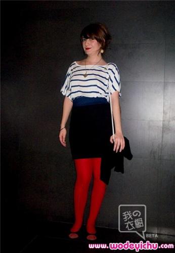 海魂衫搭配黑色铅笔裤,红色裤袜是亮点
