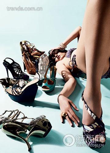 夸张造型,鲜艳色泽的高跟鞋充满设计感