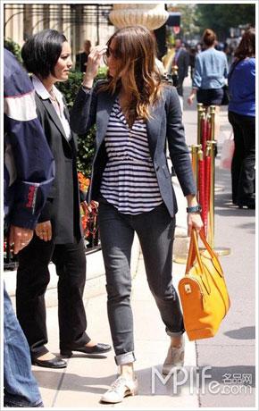 条纹t恤搭配黑色收腰小西装,下半身黑色小腿九分裤,简洁又大气,橙