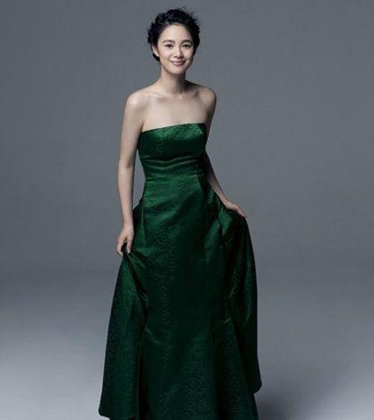绿色的抹胸长礼服线条简洁