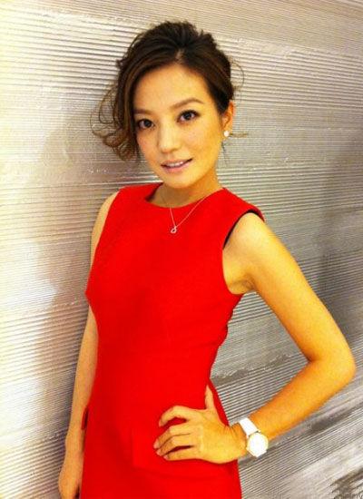 鲜红色的礼服衬得肤色很好