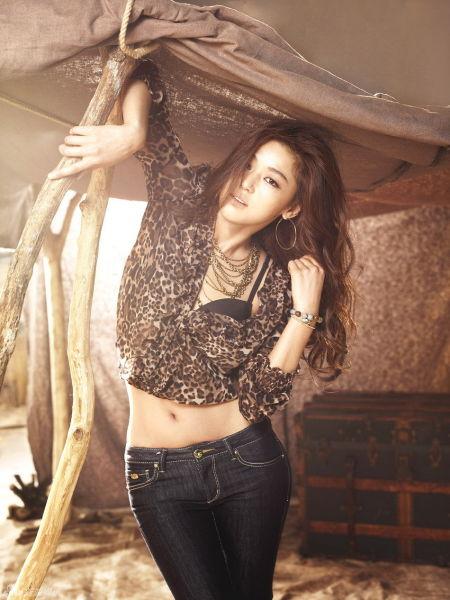 韩国女星全智贤初秋装扮 牛仔裤搭配打造翘臀细腰(图2)