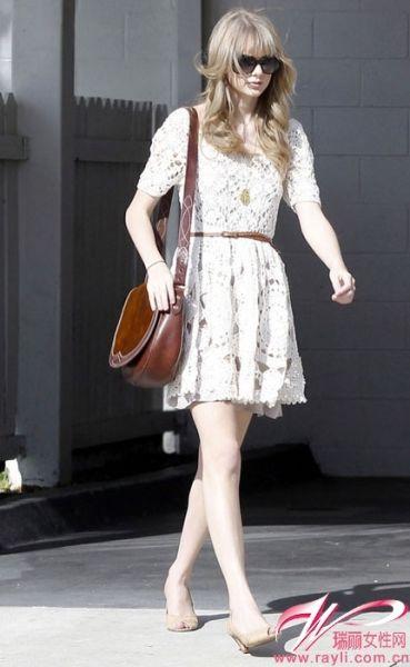 白色钩花蕾丝连衣裙