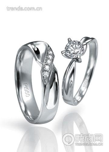 可以选择一些圆润而简洁的铂金戒圈,搭配蕾丝镶边或编织花纹,增添灵动