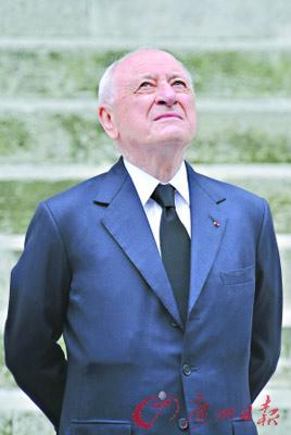 在Yves Saint Laurent葬礼上怅然若失的Pierre Bergé