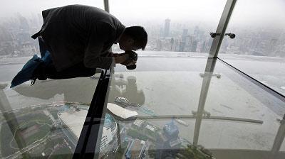 东方明珠塔的第二个球体,高度为259米,其中延伸出塔体的环形玻璃走廊图片