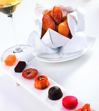 宫餐后有法国经典小甜点madeleines伺候,新鲜烤制的小蛋糕柔嫩可爱.