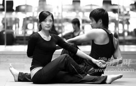瑜伽:双人脊柱扭转式(图)图片