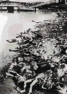 组图:村濑守保拍下的江边尸体堆积的情景