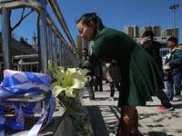 昆明市民在火车站广场献花悼念遇难者