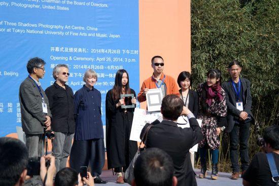 朱岚清上台领奖,她获得八万元的奖金