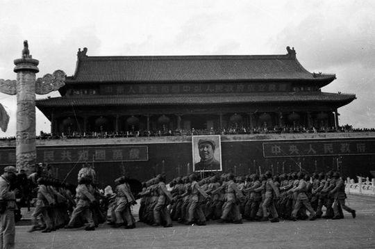 1949年10月1日 开国大典,英雄连队走过天安门广场。