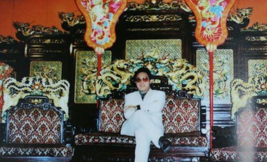 王林在某旅游地留下的纪念照,他给自己拍照极为讲究背景元素。