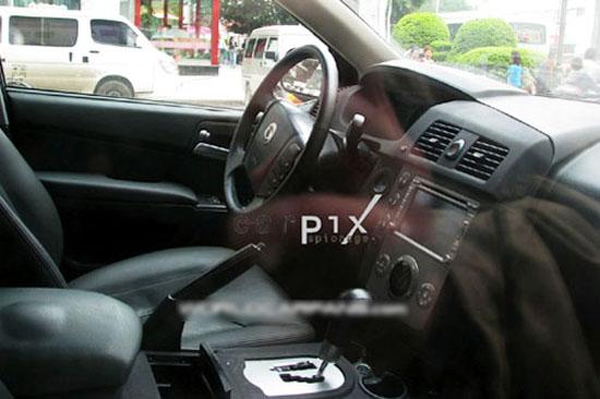 荣威版SUV的中控台设计则被改为左右对称布置