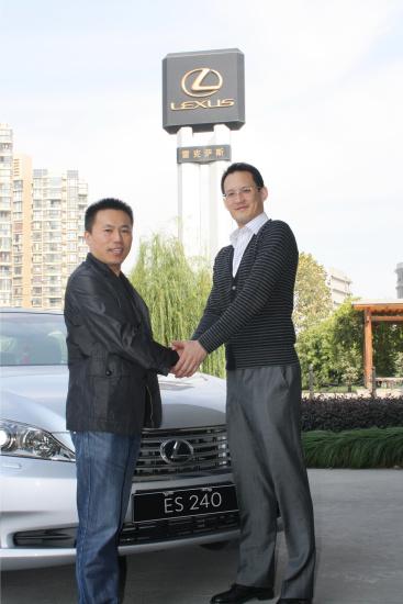 上海的黄先生幸运地成为全国第十万辆LEXUS雷克萨斯新车的车主