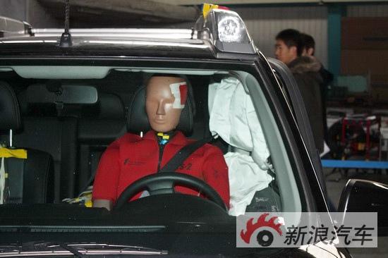 驾驶舱假人坐姿很好,安全气帘均顺利打开