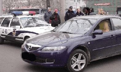 正在出110现场的警车,被一辆蓝色马自达轿车拦截在路上,动弹不得。本报通讯员 杨景亮 摄