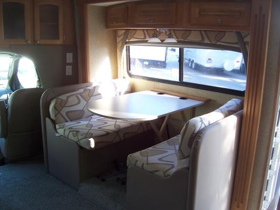 图为福特加长房车E450内部沙发