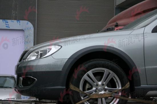 塑料轮眉是这款车的特征,前后都有塑料护板