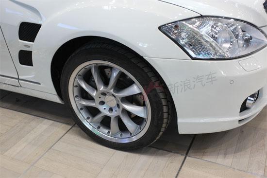 改装的奔驰S级强前保险杠扰流板和侧裙确定了一个直观的外形,更运动更奢华。