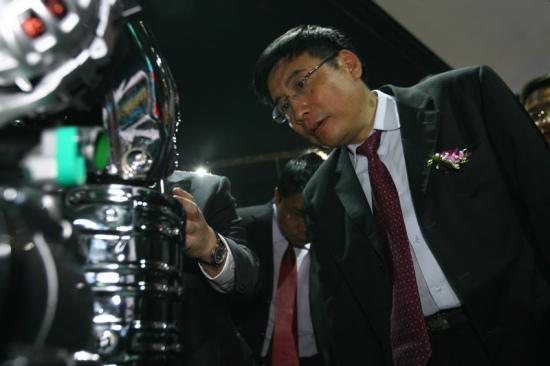 工业和信息化部副部长苗圩参观吉利展台