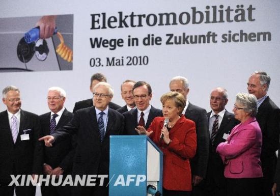 """5月3日,德国总理默克尔(红衣者)在首都柏林与500多名政界、产业界和科研机构人士共同启动了名为德国""""国家电动汽车计划""""的项目,旨在进一步促进电动汽车的研究和市场化。新华社照片,法新。"""