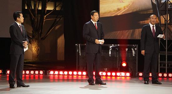 北京长安保时捷中心总经理冯颂义先生,北京亦庄保时捷中心总经理刘冬先生,北京海淀保时捷中心总经理左琳先生共同为新款Cayenne揭幕