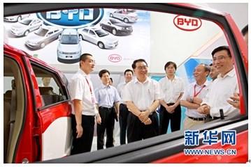 中共中央政治局常委李长春在比亚迪汽车展区了解新能源汽车的情况