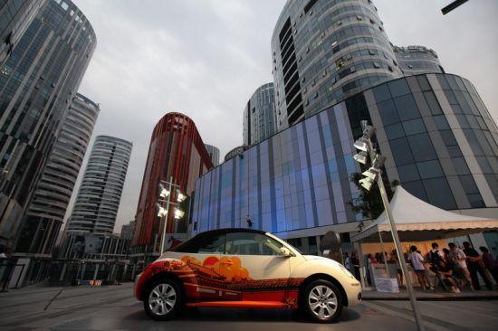 """身披""""城市印象""""车贴的新甲壳虫为三里屯SOHO增添了时尚元素"""