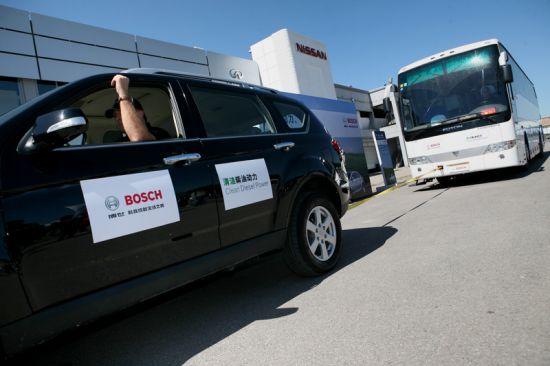 一辆柴油乘用车拖动17吨重的大巴绕场一周,供参与者体验柴油机的动力性