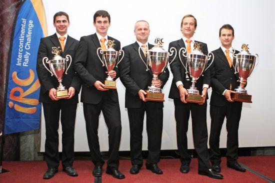 斯柯达车队成员捧起IRC洲际拉力挑战总冠军 奖杯