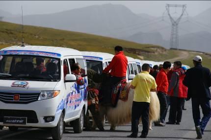 """长安金牛星""""西藏巅峰之旅""""车队行至藏区"""