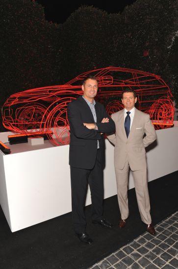 路虎全球执行董事裴义翰先生(Mr.Phil Popham)和路虎设计总监哲芮勋先生(Mr.Gerry McGovern)在艺术线框前合影