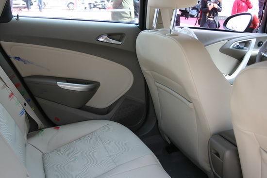 车内空间保持良好 后排乘员与车门接触
