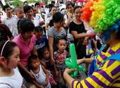 小丑阿姨给现场小朋友们叠气球