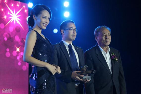 中国欧洲经济技术合作协会会长 徐秉金、女星孔维向英菲尼迪中国市场部副总监崔毅颁奖