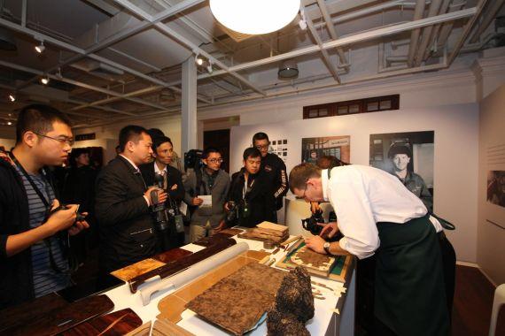 世代相传的工匠为观众示范精湛的手工艺