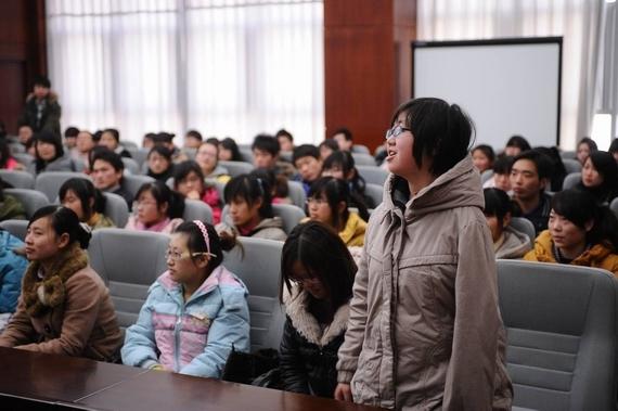 学生向心理辅导老师积极提问